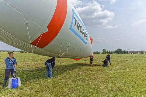 Nach getaner Arbeit wird der Ballon rund fünf Stunden später wieder für die Garage vorbereitet. Foto: Tilo Arnhold/TROPOS