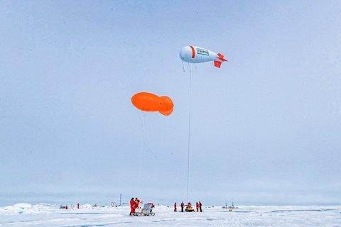 Zwei Fesselballone helfen dem ATMOS-Team bei MOSAiC die Atmosphäre in den untersten Luftschichten über dem Eis zu untersuchen. Foto: Lianna Nixon, University of Colorado