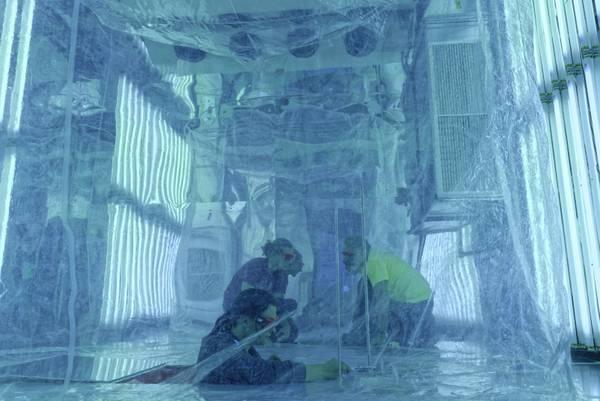 In der Aerosolkammer, einer deutschlandweit einmaligen Doppelkammer, wird am TROPOS die Wirkung der Sonne auf chemische Prozesse in der Atmosphäre in Laborexerimenten untersucht. Foto: Tilo Arnhold, TROPOS