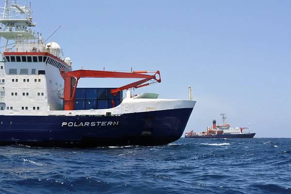 Polarstern (vorn) und Meteor (hinten) bei ihrer Begegnung im Atlantik. Foto: Simon Jungblut, PoIE