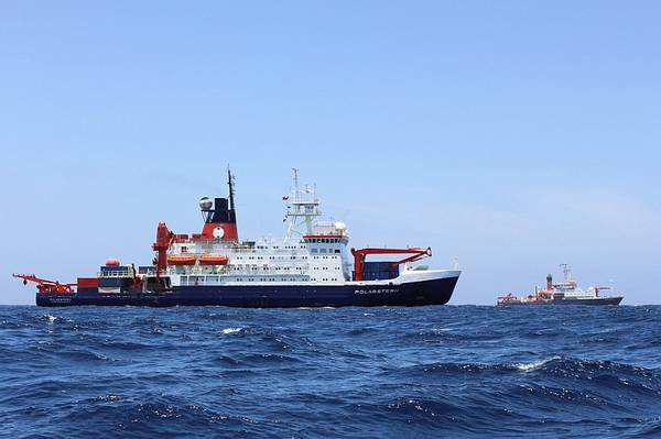 Polarstern (vorn) und Meteor (hinten) bei ihrer Begegnung im Atlantik. Foto: Dominik Nachtsheim, PoIE