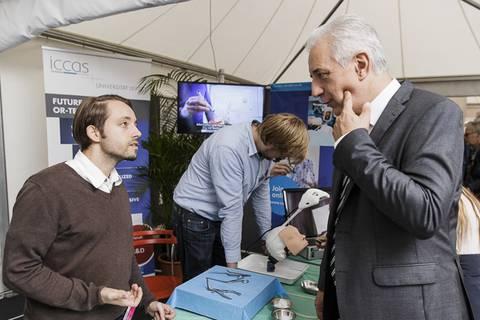 Ministerpräsident Stanislaw Tillich am Stand der Universität Leipzig. Foto: CHRISTIAN HÜLLER FOTOGRAFIE