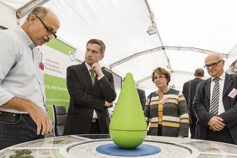 Martin Dulig, Staatsminister für Wirtschaft, Arbeit und Verkehr, am Stand des IÖR. Foto: CHRISTIAN HÜLLER FOTOGRAFIE