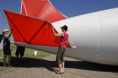 An den Flügeln ist er besonders empfindlich. Deshalb nehmen unsere Kolleginnen diese an sich.