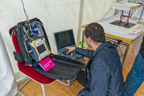 Mit dem Messrucksack zeigten wir, wie die Luftqualität mit mobilen Geräten untersucht wird. Foto: Honey Alas, TROPOS