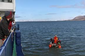 Da der Hafen in Longyearbyen auf Spitzbergen nicht tief genug ist, müssen die Wissenschaftler per Schlauchboot an Land übersetzen. Nach vier Wochen Eis sind sie jetzt zurück in der Zivilisation und können vom Flughafen hier heimfliegen. Foto: Stephan