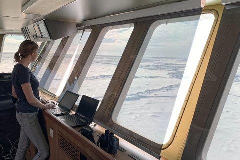 Die Meereisgruppe nutzt die Fahrt durch das Eis für Beobachtungen von der Brücke, die helfen werden, die  Genauigkeit von Satelliten- und Modelldaten zu verbessern. Foto: Reza Naderpour, WSL