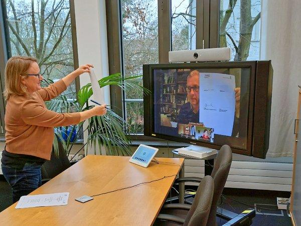 """Prof. Dr. Sarah C. Jones, Leiterin des DWD-Geschäftsbereich """"Forschung und Entwicklung"""" und Prof. Dr. Andreas Macke, Direktor des TROPOS, unterzeichneten am 22.01.2021 den Kooperationsvertrag während einer Videokonferenz. Foto: DWD"""