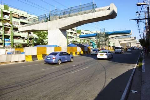 """17.05.15: Das Großbaustelle """"Skyway Phase 3"""": Sie soll für Verkehrsentlastung im Moloch Manila sorgen. Aus Platzmangel wird nach oben gebaut."""