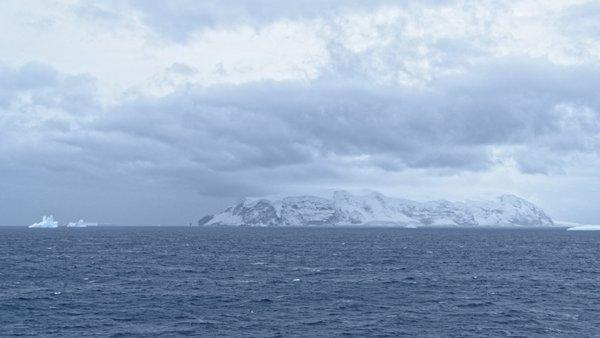 Erster Blick auf eine der Balleny Islands (Young Island). Foto: Silvia Henning, TROPOS