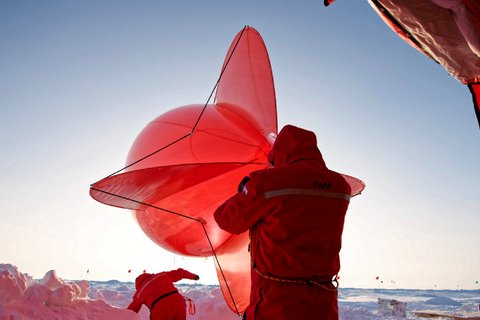 """""""Miss Piggy"""" is the affectionate name of the red tethered balloon with which, among others, the AWi, the British Antarctic Survey, the University of Colorado Boulder and TROPOS are investigating the atmosphere above the ice floe. Photo: Michael Gutsche, AWI"""