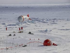 Von einer Eisscholle (zur Zeit bei 81,9°N, 9,9°O) aus untersuchen die Forscher die Luft über und das Wasser unter dem Eis. Foto: Stephan Schön, Sächsische Zeitung