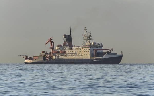 Am 29. Oktober 2015 hat das Forschungsschiff Polarstern seinen Heimathafen Bremerhaven verlassen in Richtung Kapstadt, Südafrika, wo es am 1. Dezember erwartet wird. Mit an Bord sind 32 Studierende einer Sommerschule und Messtechnik vom TROPOS. Archivfot