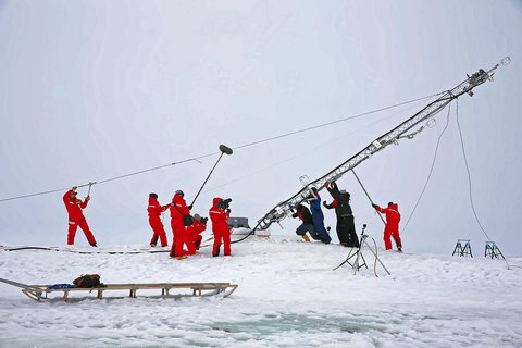 Zur Reaktivierung der MOSAiC-Eisscholle gehörte auch das Wiederaufstellen eines 10 Meter hohen Messturms. Eine Arbeit, bei der viele Hände gebraucht wurden. Foto: Lisa Grosfeld, AWI