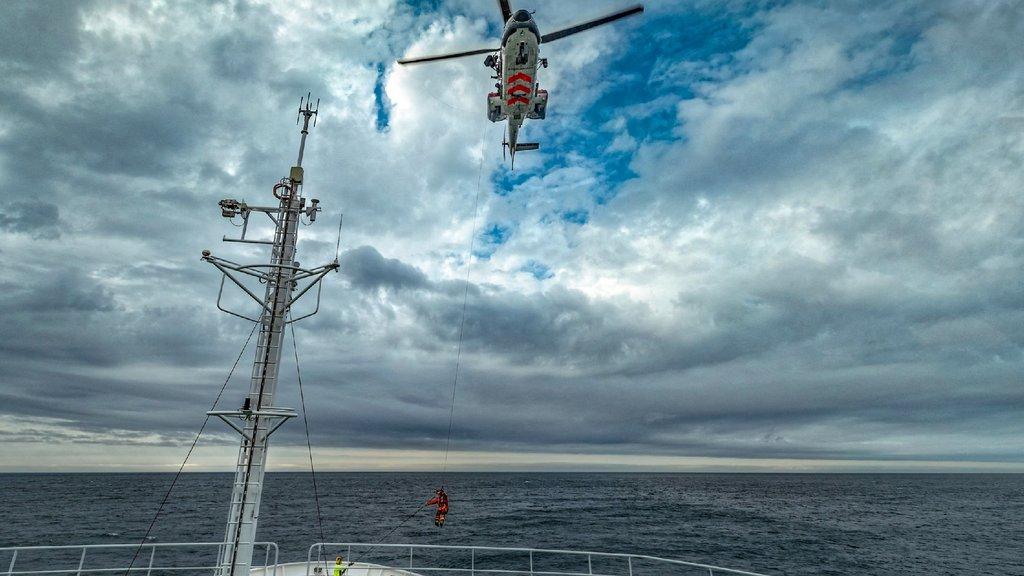 Besuch von oben: Der Rettungsdienst von Spitzbergen übte auf dem Vordeck der Maria S. Merian einen Rettungseinsatz per Helikopter und blieb selbstverständlich auf Distanz. Die Spezial-Helikopter sind ein wichtig für Notfälle. Foto: Lianna Nixon, University of Colorado