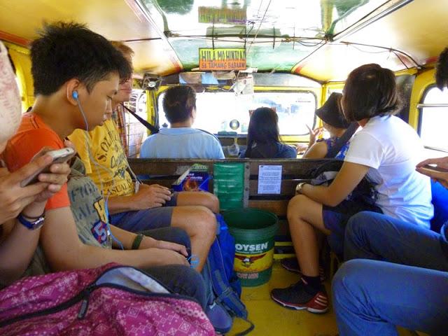 13.05.15: Jeepney-Fahrt: So sehen die Sammeltaxis von Innen aus.