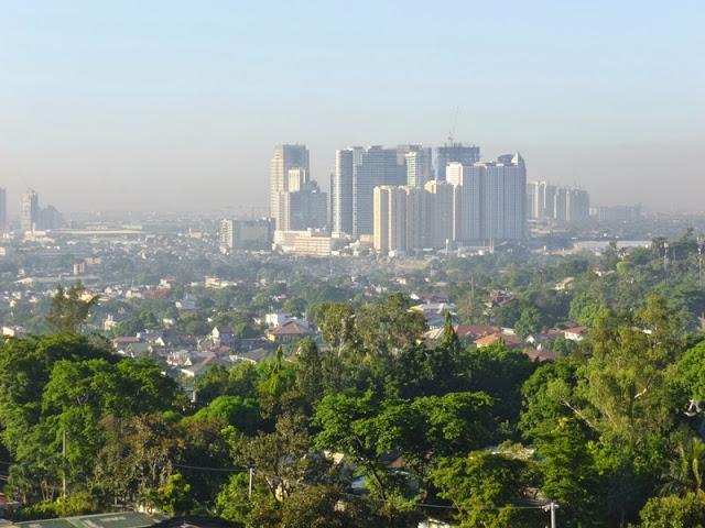 16.05.15: Die Downtown verschwindet halb im Smog.