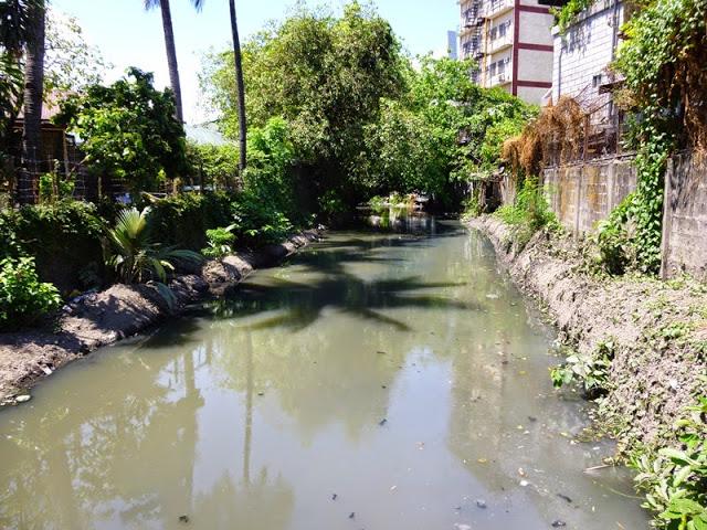 20.05.15: Einer der vielen kleinen Flüsse hier. Der Gestank ist furchtbar.