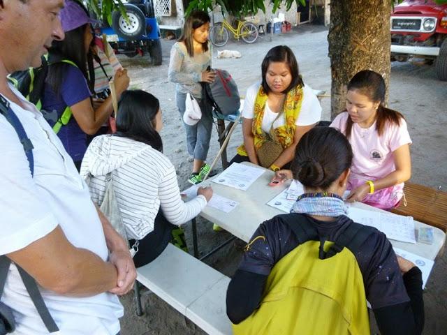 24.05.15: Sonntagsausflug an unserem freien Tag: Wir stehen wir um 2 Uhr früh auf und kommen gegen 6 Uhr am Fuße des Pinatubo an. Dort muss sich jeder Wanderer erst einmal registrieren.