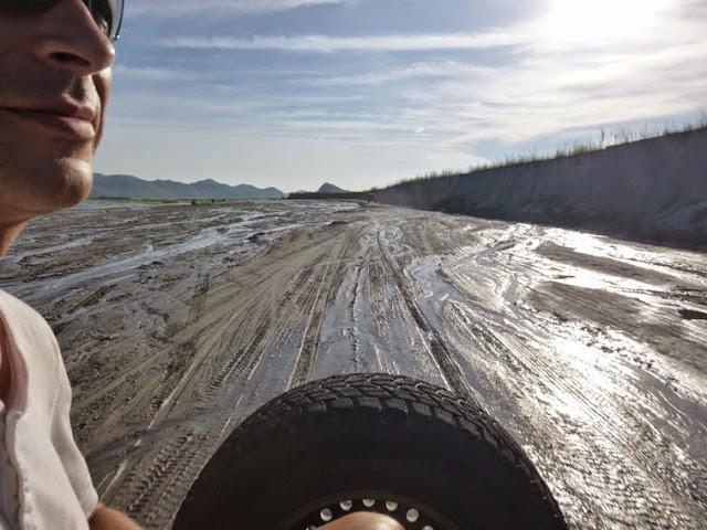 24.05.15: Auf den Pritschen von Allrad-Jeeps geht bergauf, darunter etwa eine Stunde über die Überschwemmungsfläche eines Flusstales.