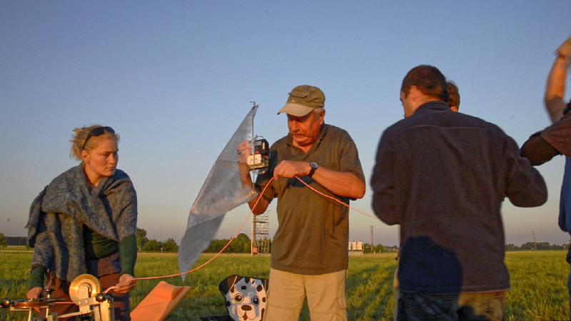 Der verantwortliche Wissenschaftler hängt eine Pumpe samt Teflonbeutel an das Seil.