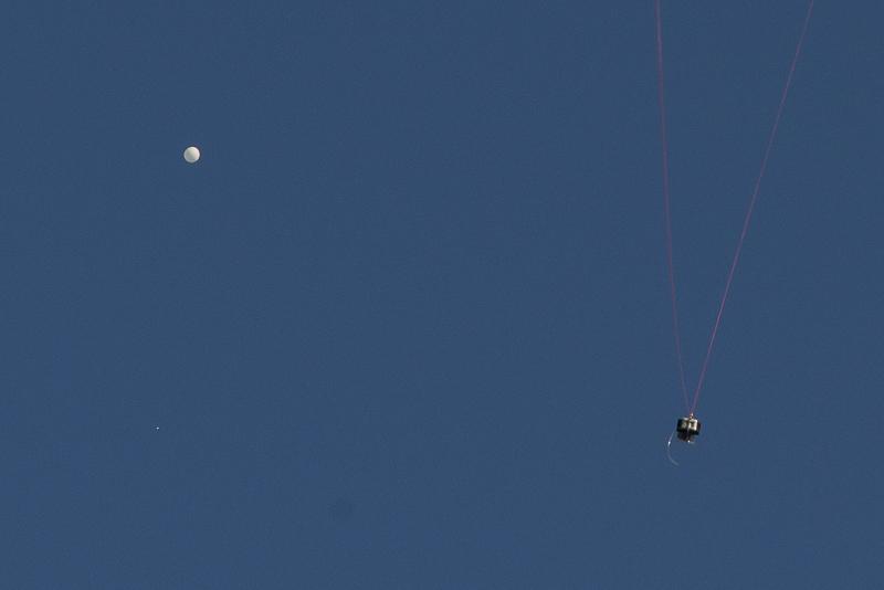 Studierende der Universität Leipzig messen per Wetterballon die meteorologischen Standarddaten. Wichtige Infos für uns, um die Schichtung der Luft einschätzen zu können und zu entscheiden, in welchen Höhen wir die Proben nehmen.