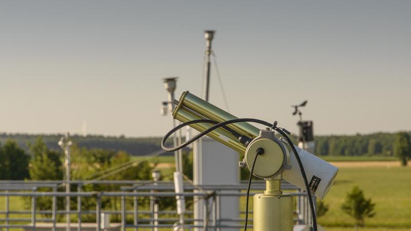 Parallel dazu laufen diverse Messungen vollautomatisch: Die Sonnenphotometer messen die Aerosoloptische Dicke, also wie stark die Sonnenstrahlung durch Partikel in der Atmosphäre gedämpft wird.