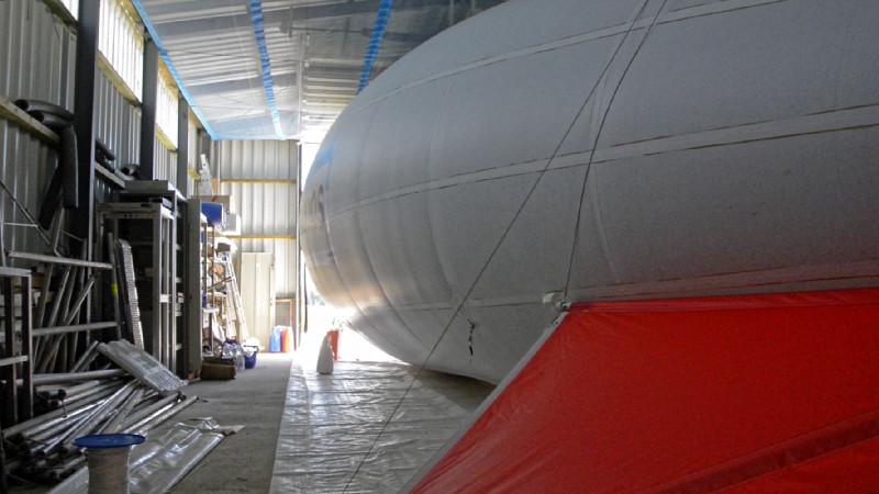 """Um 10 Uhr ist es dann geschafft. Nach sechs Stunden Einsatz ist der Ballon wieder im """"Hangar""""."""