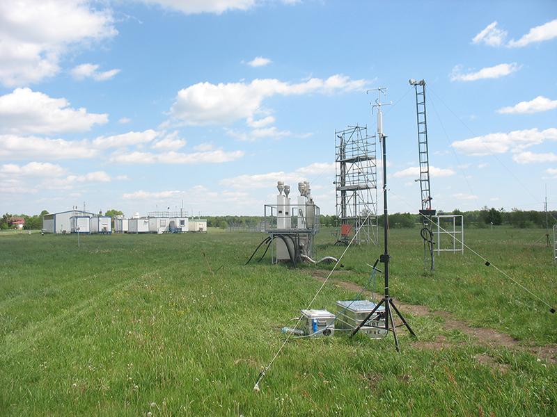 Anfang Mai werden die ersten zusätzlichen Messgeräte in Melpitz für die Kampagne aufgebaut, wie hier die bodengestützte vertikale Aerosolflussmessung von der Universität Bayreuth. Foto: Janine Lückerath/ Universität Bayreuth