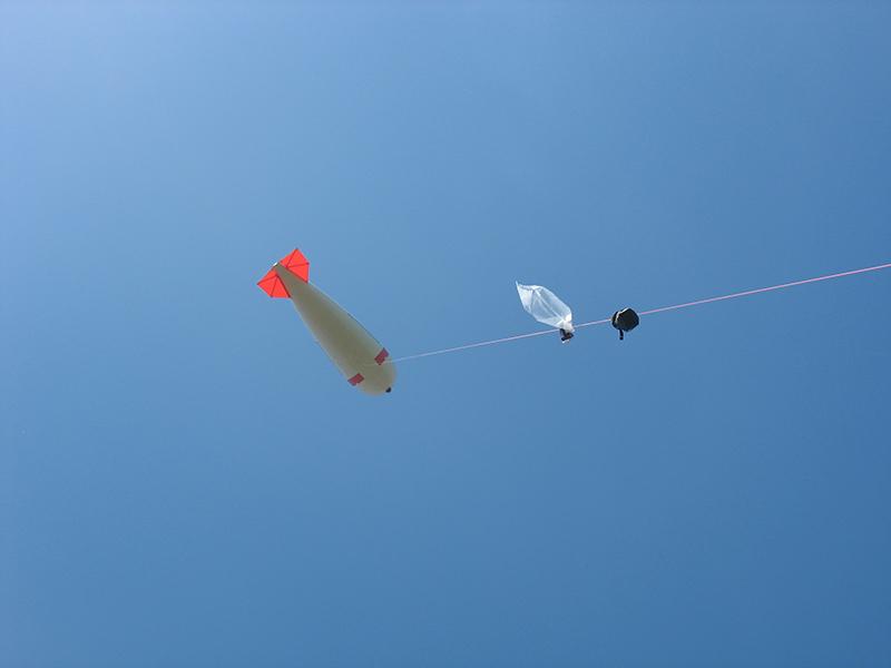 Es hat funktioniert: Der Teflonsack für SO2-Messung kommt gefüllt mit einer Luftprobe wieder nach unten. Foto: Janine Lückerath/ Universität Bayreuth