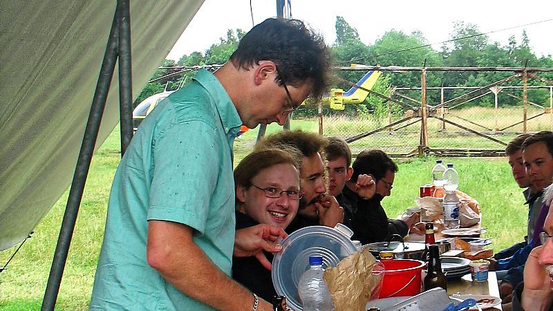 Das Wetter eignet sich nicht zum fliegen und messen, aber Grillen geht auch im Regen. Foto: Janine Lückerath/ Universität Bayreuth