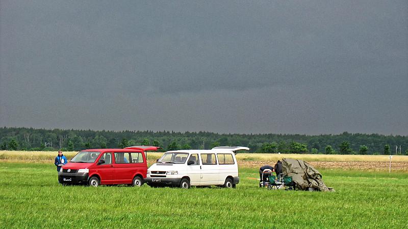 Immer noch schwarz über Melpitz... Die Hoffnung auf eine Regenpause wird nicht aufgegeben. Foto: Janine Lückerath/ Universität Bayreuth