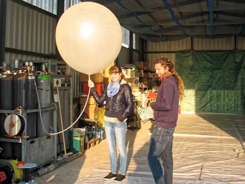 Unsere KollegInnen vom LIM der Universität Leipzig bereiten in den ersten Sonnenstrahlen die Radiosonde vor, damit aktuelle Infos zur Luftschichtung vorliegen und die Höhen für die Sensoren am Ballon ausgewählt werden können. Foto: Janine Lückerath/
