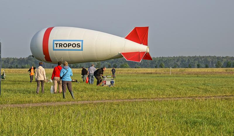 """Halb Sieben in Melpitz: """"Rollout"""" zum nächsten Ballonstart. Foto: Tilo Arnhold/TROPOS"""