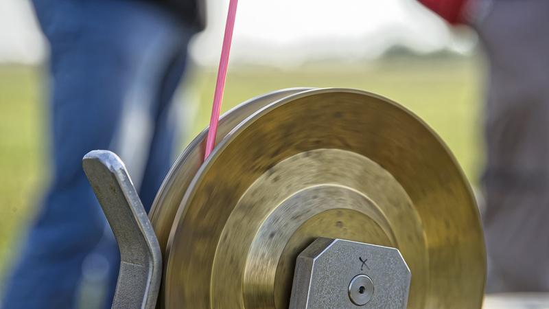 Nicht am seidenen Faden, aber ein nur 3mm dickes Spezialseil sorgt dafür, dass er sich nicht davon machen kann. Foto: Tilo Arnhold/TROPOS
