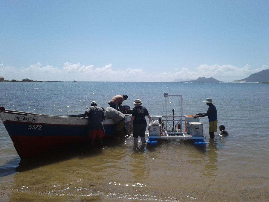 """Während der Messkampagne wird der Oberflächenfilm auf dem Atlantik vor den Kapverdischen Inseln mit dem Katamaran """"MarParCat"""" gesammelt, den das Leibniz-Zentrum für Marine Tropenforschung (ZMT) gebaut hat. Foto: TROPOS"""