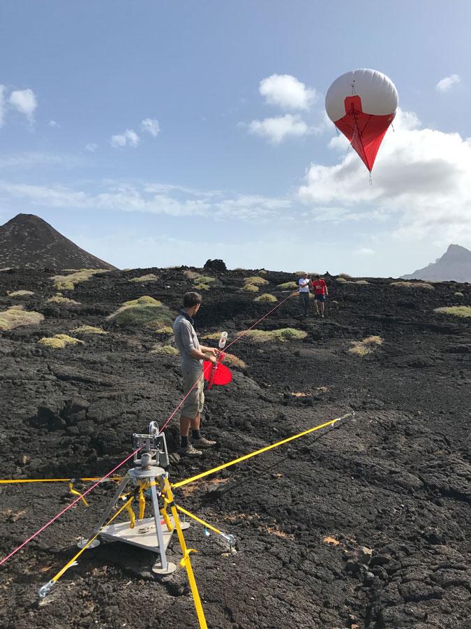 Auf São Vicente setzte das Team eine Mischung aus Fesselballon und Drachen ein, um über die Messung von Windgeschwindigkeiten, Temperaturen und Luftfeuchten den Zustand der Atmosphäre zu untersuchen. Foto: Frank Stratmann, TROPOS