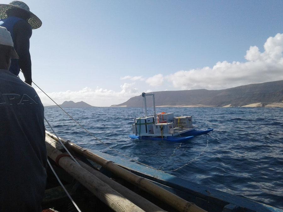 """Während der Messkampagne wird der Oberflächenfilm auf dem Atlantik vor den Kapverdischen Inseln mit dem Katamaran """"MarParCat"""" gesammelt, den das Leibniz-Zentrum für Marine Tropenforschung (ZMT) gebaut hat. Foto: Manuela van Pinxteren, TROPOS"""