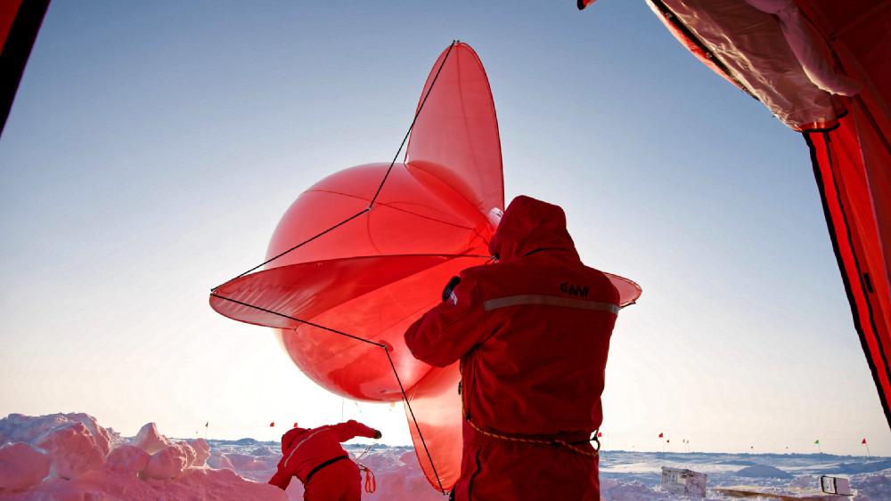 """""""Miss Piggy"""" wird der rote Messballon liebevoll genannt, mit dem u.a. das AWi, das British Antarctic Survey, die University of Colorado Boulder und das TROPOS die Atmosphäre über der Eisscholle untersuchen. Foto: Michael Gutsche, AWI"""