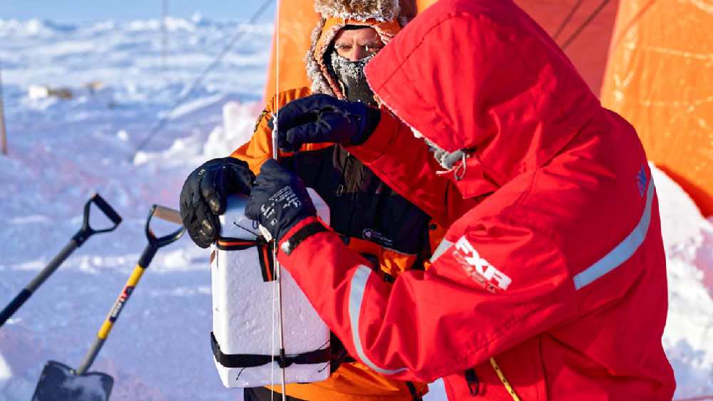 Markus Frey from the British Antarctic Survey collects condensation and ice nuclei with the help of a captive balloon at up to 1000m altitude to study cloud formation. Photo: Michael Gutsche, AWI