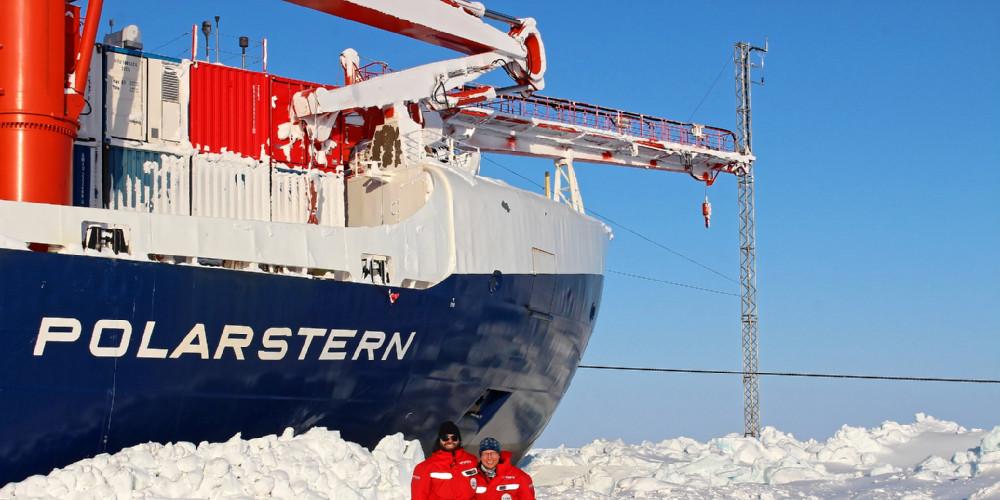 Ludovic Bariteau  (CIRES & NOAA Boulder) & Hans-Werner Jacobi (CNRS Grenoble) sind Teil eines Teams, das vom vertikalen Mast am Bug der Polarstern Treibhaus- und Spurengase wie Ozon in der Atmosphäre misst. Foto: John Bilberry, Los Alamos National Laboratory, ARM.