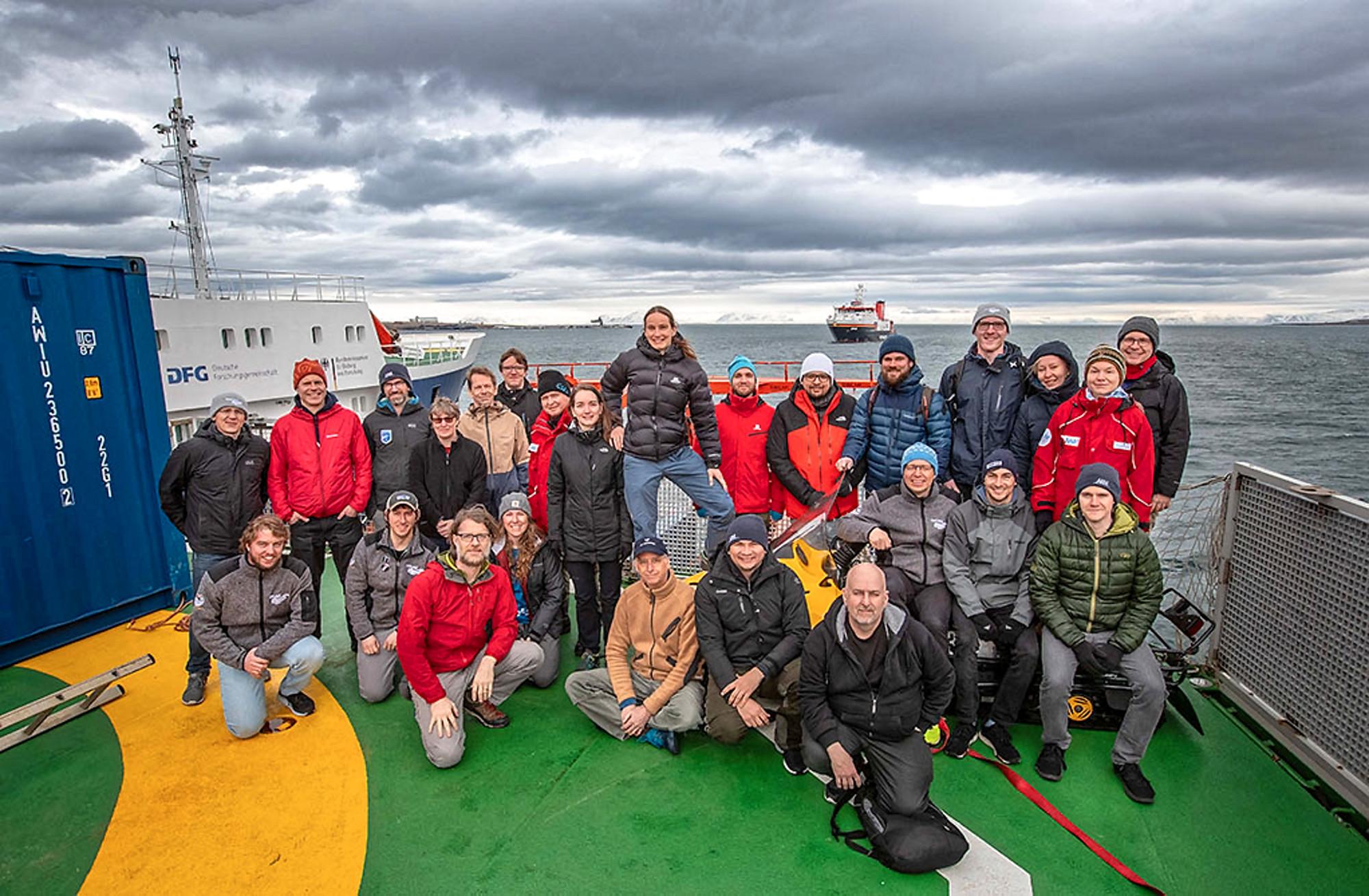 Das Team ATMOS während des Austauschs vor Spitzbergen. Im Fahrabschnitt IV kümmern sich 15 Forschende schwerpunktmäßig um die Untersuchung der Prozesse in der Atmosphäre, darunter zwei vom TROPOS und einer von der Universität Leipzig. Foto: Lianna Nixon, University of Colorado
