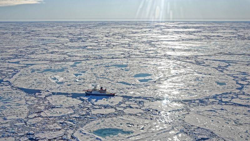 Luftaufnahme der MOSAiC-Scholle am 30. Juni 2020. Die Messungen werden in den nächsten Tage von Bord der Polarstern fortgesetzt. Foto: Markus Rex, AWI