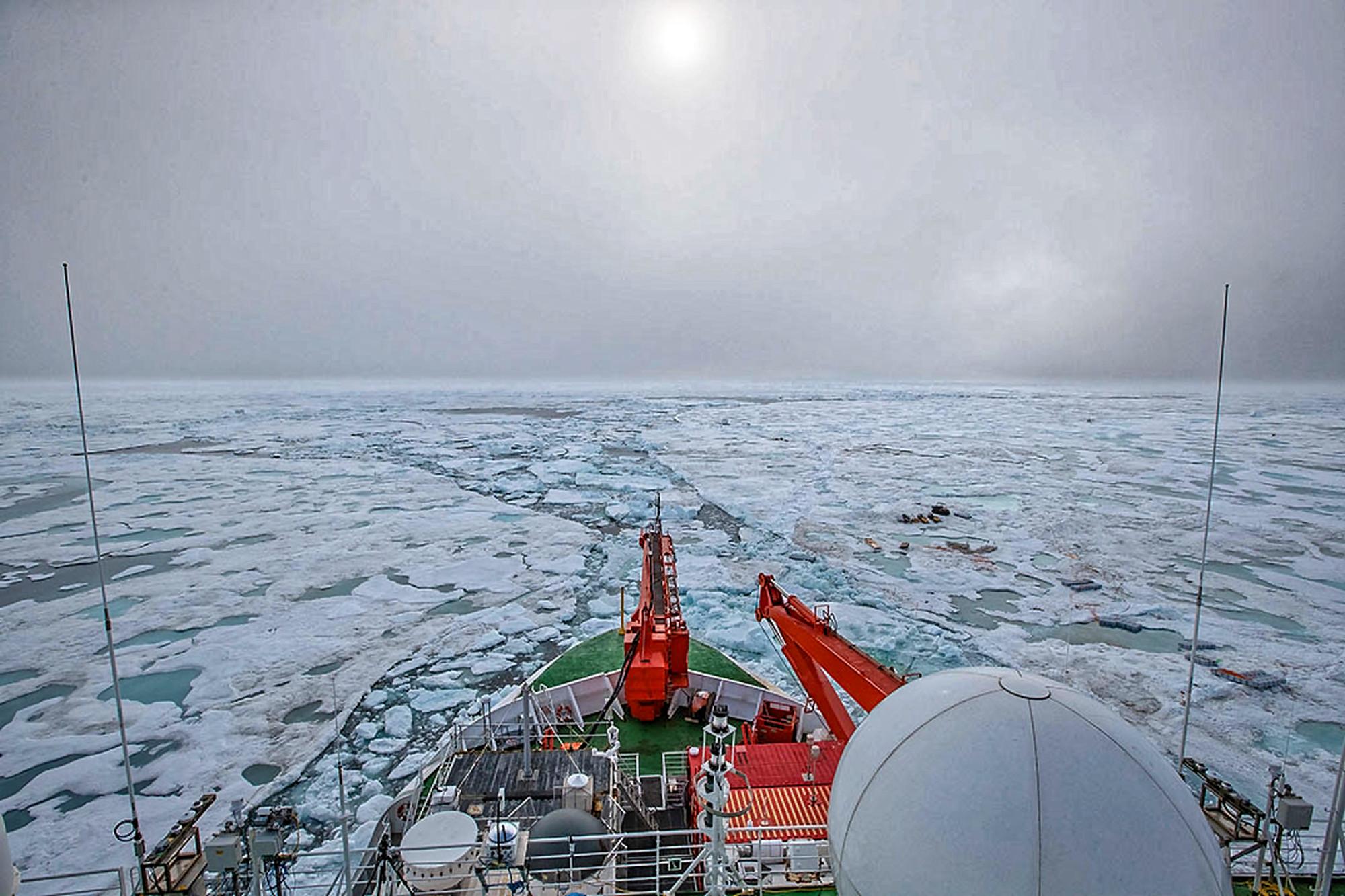 Eisbewegungen haben die Position der Polarstern über Nacht verschoben und machten einige Arbeiten am folgenden Tag nötig. Foto: Lianna Nixon, University of Colorado