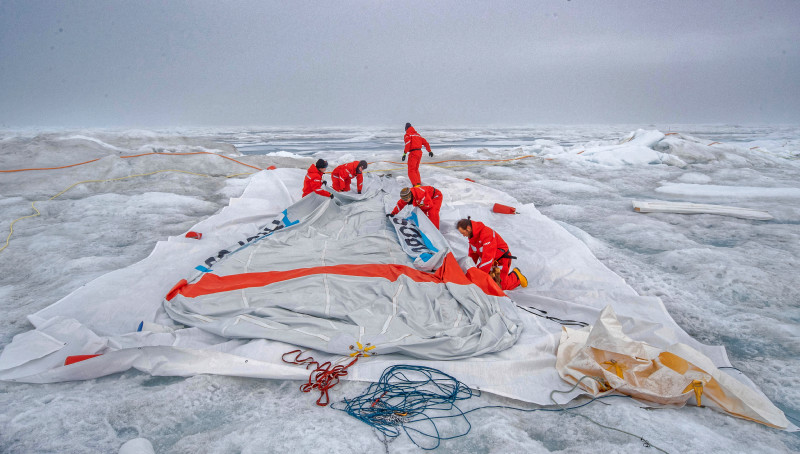 Last time 'Beluga' is being taken down, the second tethered balloon and 'Miss Piggy's' big brother, which has been up in the air since spring 2020. Flying several hundred metres high, sensors can be send up and down to measure radiation, temperature, humidity etc. in the lower atmosphere. Photo: Lianna Nixon, University of Colorado