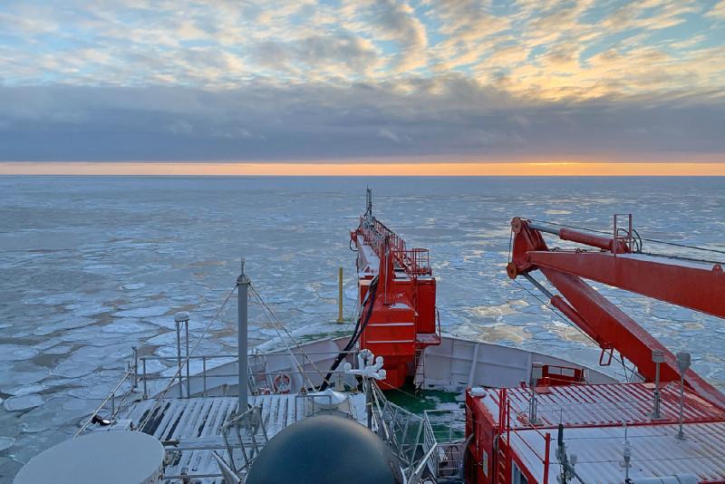 Polarstern auf dem Weg nach Süden beim Messen der Atmosphäre über der marginalen Eiszone (MIZ). Foto: Markus Rex, AWI