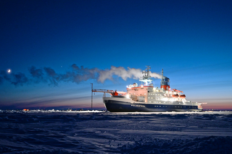 Polarstern during MOSAiC in the Arctic. Photo: Hannes Griesche, TROPOS