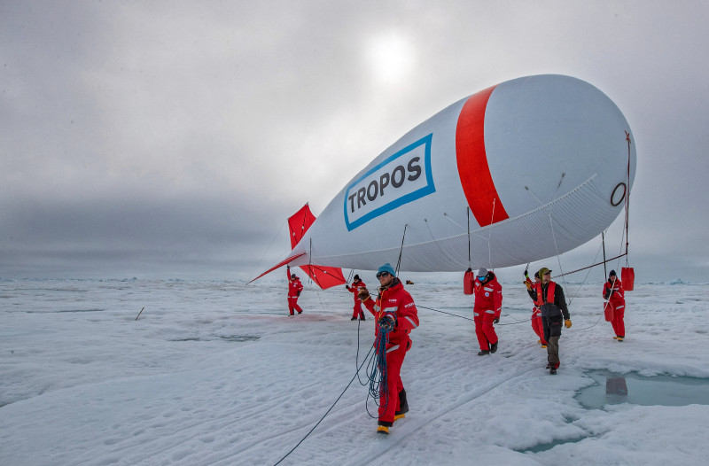 The captive balloon of TROPOS and Uni Leipzig in action on the ice floe. Photo: Lianna Nixon, University of Colorado / AWI