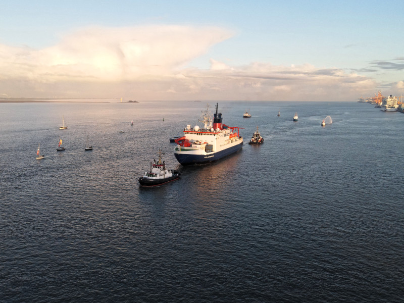 FS Polarstern is accompanied by numerous ships and boats for the welcome. Photo: Annika Meyer, Alfred Wegener Institute / eventfive