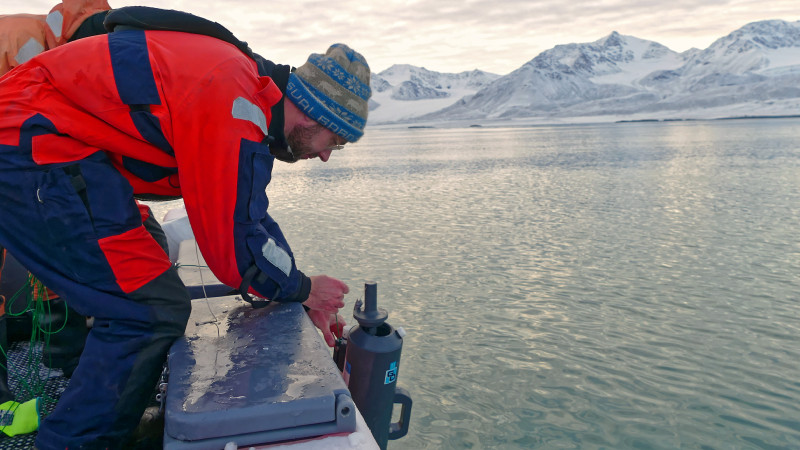 Parallel to the studies of the water in the clouds, analyses are also taking place in the ocean. Sebastian Zeppenfeld from TROPOS takes water samples in the fjord. Photo: Sebastian Zeppenfeld, TROPOS